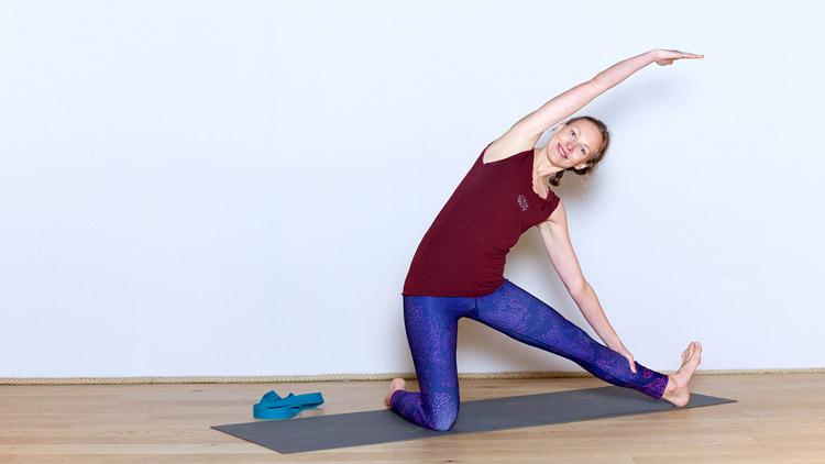 Etirer les côtés du buste avec une sangle | Cours de yoga en ligne avec Anastasia Tikhonova | Yoga Vinyasa