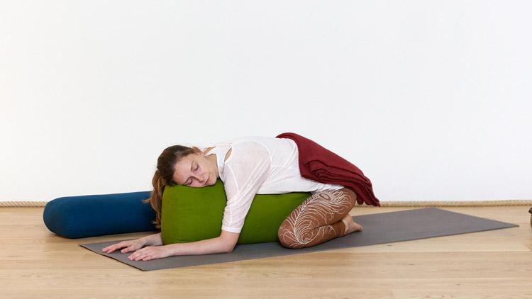 """Suivre le cours de yoga en ligne """"Trois postures confortables pour se détendre"""" sur Casa Yoga Tv"""