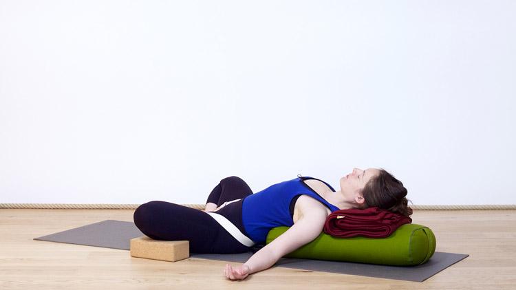 Suivre le cours de yoga en ligne Supta baddha konasana sur Casa Yoga Tv