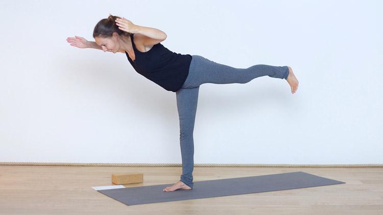 Toma la clase de yoga online Sentirse fuerte y sólido con Diane Duhamel   Vinyasa Yoga