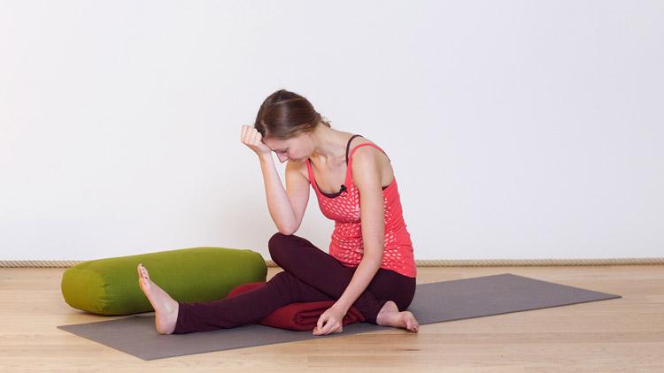Suivre le cours de yoga en ligne Restorative yoga pour soulager le bas du le dos sur Casa Yoga Tv